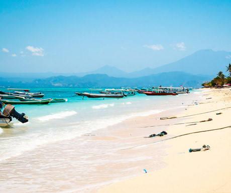 Các đảo xung quanh: Bali chỉ là một trong khoảng 18.000 hòn đảo ở Indonesia. Từ Bali, du khách có thể đi thuyền tới các hòn đảo nhỏ gần đó như Nusa Lembongan và quần đảo Gili. Hoặc bạn có thể lựa chọn Lombok, hòn đảo phía đông lớn hơn Bali, có phong cảnh giống Bali 30 năm trước với các cộng đồng làng nhỏ và những bãi biển hoang sơ quyến rũ. Các đảo này đều yên bình, không có phương tiện giao thông, được bao quanh bởi làn nước trong suốt và bãi cát trắng, tránh xa cuộc sống hiện đại. Ngoài ra du khách nên lặn để chiêm ngưỡng những rạn san hô và thế giới đại dương vùng nhiệt đới.