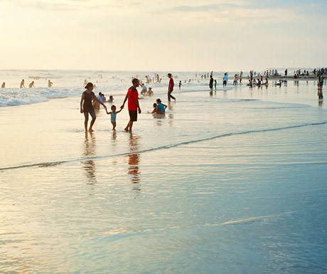 Những bãi biển: Với bờ biển dường như dài vô tận, có hàng chục bãi cát trắng tuyệt đẹp ở Bali để du khách lựa chọn. Những khu vực phổ biến như Kuta, Legian, Seminyak sở hữu bãi biển náo nhiệt, tổ chức lướt ván và các môn thể thao dưới nước khác. Tuy nhiên vẫn có nhiều bãi biển hoang sơ thực sự quyến rũ. Bạn có thể tìm tại các làng chài địa phương. Các bãi biển đông người nhất vào khoảng 18h, khi tất cả tập trung lại để ngắm cảnh hoàng hôn rực rỡ buông xuống Bali.