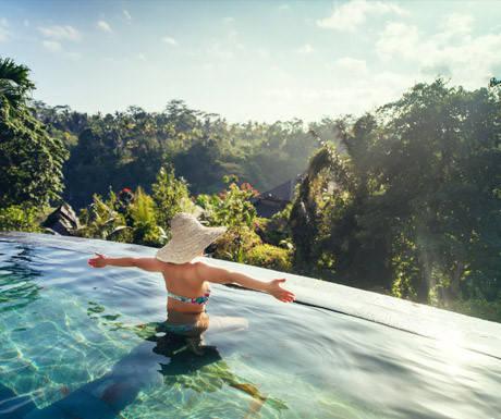 Sự đa dạng: Dù bạn dừng chân tại đâu trên đảo, chất địa phương đều được lồng ghép với cơ sở vật chất hiện đại. Du khách có thể thưởng thức cocktail tại quầy bar của khu nghỉ dưỡng cao cấp với giá cao, nhưng chỉ bước qua đường là tới quán ăn địa phương phục vụ bữa trưa rất rẻ. Sự đa dạng này giúp Bali phổ biến với mọi kiểu du khách, từ phượt thủ, các gia đình, những người cần thư giãn hay cặp đôi đi hưởng trăng mật. Dù bạn muốn gì, Bali đều có thể đáp ứng.