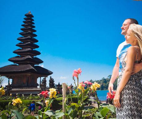 Các điểm đến: Có nhiều điểm tham quan lịch sử và văn hóa ở Bali cho thấy di sản phong phú của nơi đây. Các lễ hội đa dạng và đầy màu sắc diễn ra quanh năm. Cách tuyệt vời để tìm hiểu về văn hóa địa phương là tận mắt chứng kiến những điệu múa, khúc nhạc truyền thống hoặc tham gia lớp học nấu ăn. Những người thích phiêu lưu mạo hiểm nên tới những ngọn núi lửa đang hoạt động, hồ miệng núi lửa, rừng nhiệt đới tuyệt đẹp, những thác nước đáng kinh ngạc hoặc đi thuyền trên sông.