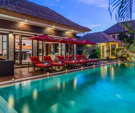 Khách sạn 5 sao và biệt thự sang trọng: Bali đã trở thành điểm đến quen thuộc của du khách đòi hỏi chất lượng cao cấp với những khách sạn đẳng cấp thế giới, khu biệt thự riêng sang trọng và câu lạc bộ nổi tiếng bên bờ biển. Hòn đảo có khoảng 18.000 biệt thự riêng. Đây là lựa chọn của nhiều người nhờ sở hữu không gian sang trọng và vắng vẻ, đủ chỗ cho các nhóm du khách lớn hoặc gia đình. Chúng thường có nhân viên phục vụ riêng để khách được chăm sóc cẩn thận.