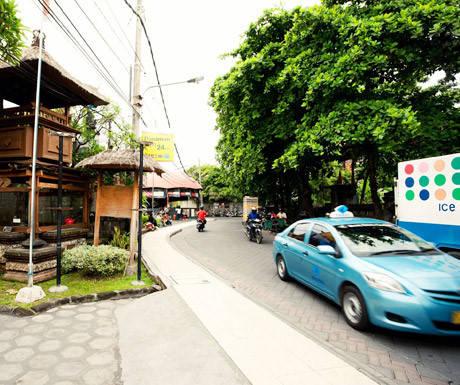 Tiết kiệm chi phí: Kỳ nghỉ ở Bali thường được đánh giá là tiết kiệm hầu bao. Những chi phí điển hình thấp hơn nhiều so với các điểm nghỉ mát khác, chẳng hạn như tiền thuê taxi hoặc lái xe tư nhân rất rẻ. Xung quanh Bali có một loạt biệt thự cho thuê, tất cả đều có bể bơi riêng và nhân viên chăm sóc. Chúng giúp tiết kiệm chi phí bởi bạn có thể thuê cả căn cho nhóm bạn hoặc gia đình. Chất lượng tại đây được so sánh với khách sạn 5 sao thuê nhân viên riêng, nhưng chi phí thấp hơn nhiều.
