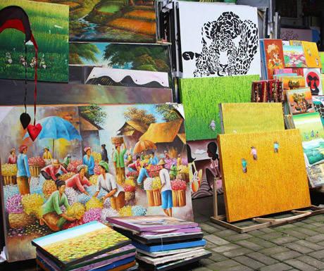 Mua sắm: Sản phẩm nghệ thuật và đồ thủ công là trọng tâm của văn hóa Bali cũng như món quà lưu niệm lý tưởng. Đồ thủ công bằng tay, hàng dệt may đẹp mắt và đồ trang trí độc đáo được bán rộng rãi trong các cửa hàng và khu chợ. Hàng trăm nhà thiết kế thời trang độc lập tạo ra dòng sản phẩm riêng đặc trưng ở Bali và thành lập các cửa hàng tại khu du lịch để bán bộ sưu tập. Ngoài ra, Bali có vài trung tâm thương mại lớn ngay tại bãi biển với những thương hiệu nổi tiếng phương Tây.
