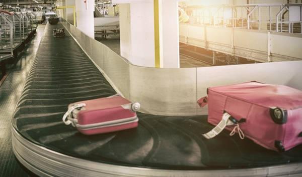 Vứt nhãn cũ đi: Nếu có thói quen giữ lại những nhãn dán cũ trên vali làm kỷ niệm, bạn có nguy cơ không nhận lại được hành lý do sai lầm nào đó. Tốt hơn hết, hãy dán bảng tên lên vali. Cách này sẽ tạo điều kiện thuận lợi cho việc tìm kiếm hành lý trong trường hợp thất lạc.