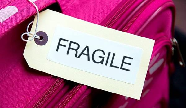 """Yêu cầu nhân viên dán nhãn """"dễ vỡ"""" lên hành lý của bạn: Hãy thông báo cho nhân viên tại quầy check-in rằng bạn mang theo vật dễ vỡ trong hành lý. Vali của bạn sẽ được dán nhãn đặc biệt kèm theo lời cam đoan rằng họ sẽ cẩn thận với chúng."""
