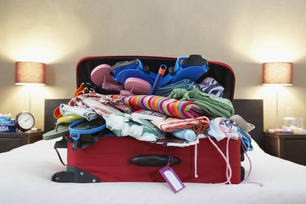 Đừng làm hành lý quá tải: Những người xếp hành lý thú nhận họ sẽ ném những chiếc vali từ băng chuyền mạnh nhất có thể để chất thành đống trong khoang máy bay. Họ không muốn làm hỏng chúng, nhưng việc xếp đồ quá tải cũng không tốt cho chiếc vali. Vì vậy, hành lý càng nặng càng có nguy cơ bị hư hại.