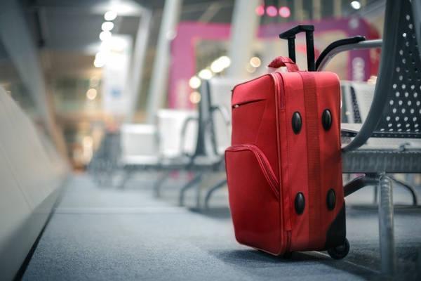 Chọn một chiếc vali sáng màu nhưng không quá đắt tiền: Đơn giản vì chiếc vali đắt tiền rõ ràng có nguy cơ bị trộm cao hơn. Trừ khi bạn muốn hành lý của mình vào tay người khác, hãy chọn một chiếc vali sáng màu hoặc có họa tiết trông bình dân.