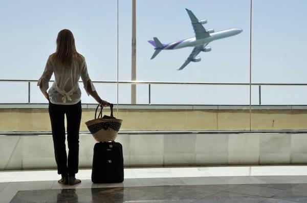 Để ý thời gian nghỉ chân: Các chuyến bay thẳng ít khi thất lạc hành lý hơn so với những chặng bay nối chuyến. Hãy kiểm tra rằng có ít nhất 1 tiếng giữa 2 chặng để đảm bảo hành lý đã lên khoang máy bay an toàn.
