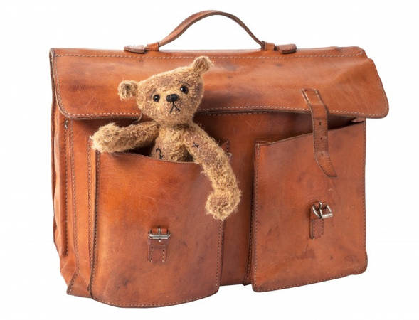 Quấn màng bảo vệ hoặc bọc vali: Nếu gói ghém cẩn thận, không kẻ trộm nào có thể lục lọi bên trong hành lý của bạn. Chúng cũng sẽ không bị người vận chuyển làm hỏng.