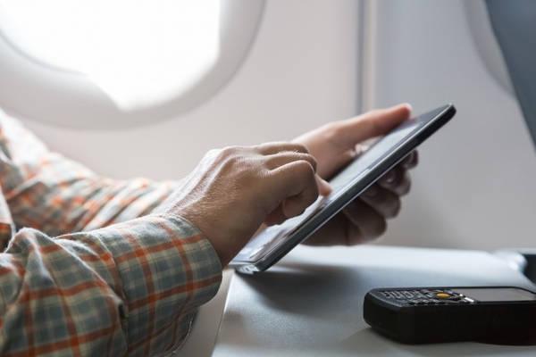 Chọn các chuyến qua trung tâm: Trung tâm là các sân bay được một số hãng hàng không chọn làm điểm trung chuyển chính trên đường bay nối chuyến. Nếu phải bay nối chuyến, hãy chọn các chuyến qua trung tâm bởi các sân bay này có hệ thống chuyển hành lý thông minh hơn các sân bay không phải trung tâm.