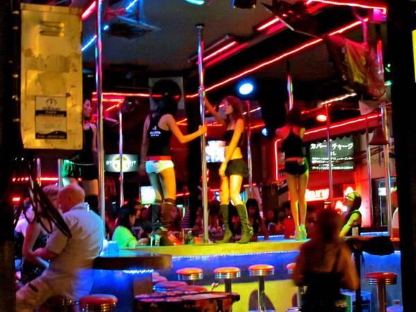 Patong, Phuket, Thái Lan Tại Patong ở Phuket, du khách sẽ tìm thấy mọi hình thức mại dâm, những sex show... Trung tâm sầm uất nhất nằm dọc trên đường Bangla, nơi tập trung các quán bar và câu lạc bộ nổi tiếng, những cô gái ăn mặc gợi cảm đứng trên vỉa hè. Ảnh: Flickr.
