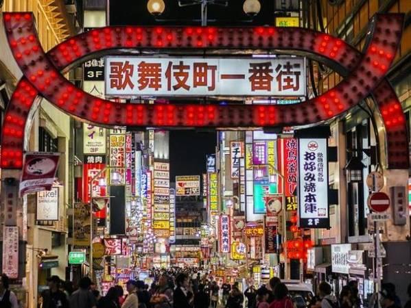 Kabukicho, Tokyo, Nhật Bản Kabukicho nằm ngay trong khu vực đông du khách ghé thăm nhất của quận Shinjuku, Tokyo. Trong các quán bar, đội ngũ nhân viên lễ tân được trả lương để tiếp đãi khách hàng, tỷ lệ lễ tân nhiều hay ít còn phụ thuộc vào tiếng tăm của quán. Tuy nhiên, theo nhiều người, dịch vụ này khá nhàm chán khi hai bên chỉ trò chuyện và tán tỉnh lẫn nhau. Ảnh: iStock.