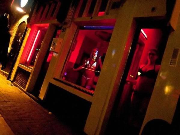 De Wallen, Amsterdam, Hà Lan Thành phố Amsterdam nổi tiếng với phố đèn đỏ được biết đến nhiều nhất thế giới, De Wallen. Tại đây, những cô gái bán hoa thường đứng sau các ô cửa kính dọc con phố. Những nhà thổ phải được cấp phép để hoạt động, từ khách làng chơi đến người bán dâm đều phải đóng thuế. Amsterdam thậm chí có cả một liên đoàn bảo vệ những người làm công việc nhạy cảm này. Tuy nhiên, tình trạng lộn xộn, nhiều vụ bắt giữ và nạn buôn người vẫn xuất hiện thường xuyên tại De Wallen. Ảnh: Supplied.