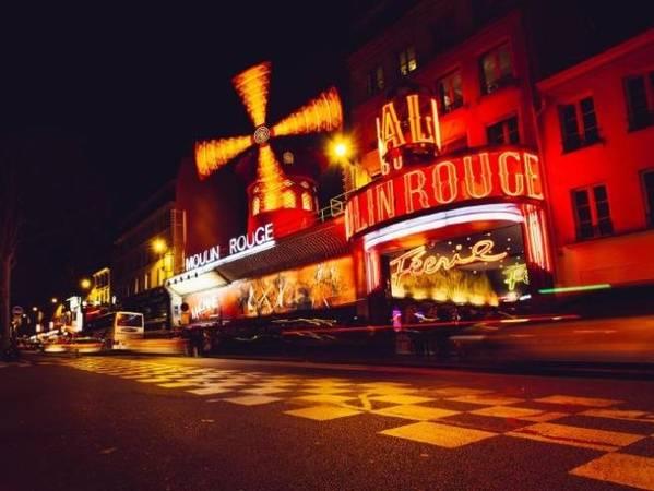 Pigalle, Paris, Pháp Mại dâm là bất hợp pháp ở Paris, nhưng chính quyền thành phố vẫn làm ngơ trước hoạt động của khu đèn đỏ Pigalle. Ngay khi nhìn thấy nhà hát Moulin Rouge nổi tiếng, du khách đã đến với quận đèn đỏ sôi động nhất ở thủ đô nước Pháp. Pigalle đang được cải tạo nhanh chóng, khu Nam Pigalle hiện nay trở thành nơi sinh sống của những người giàu có phung phí tiền bạc. Ảnh: iStock.