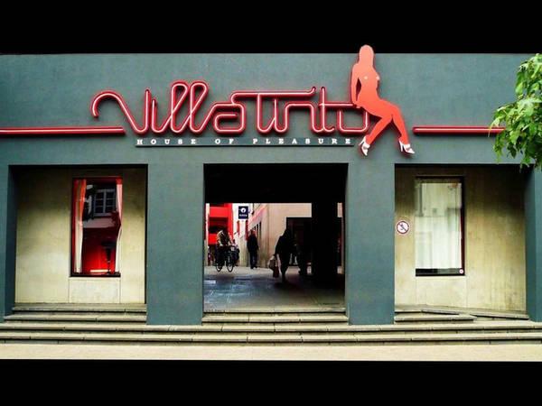 Schipperskwartier, Antwerp, Bỉ Ở khu đèn đỏ Schipperskwartier không hề có bóng dáng của tội phạm và có cấu trúc như một trung tâm thương mại tình dục nhỏ. Cùng với nhà thổ Villa Tinto nổi tiếng, Schipperskwartier là nơi thu hút những du khách tìm kiếm tình dục hay chỉ đơn giản tò mò về cảnh quan. Ảnh: Flickr.
