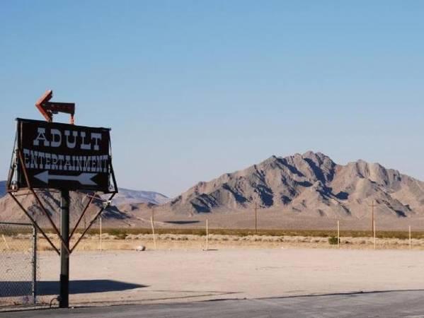 Nevada, Mỹ Nói đến Nevada, du khách thường nhắc đến ánh sáng rực rỡ, những món tiền trên trời rơi xuống, và chủ nghĩa hưởng thụ ở Las Vegas. Nhiều người khác sẽ nghĩ đến việc đây là nơi đầu tiên hợp pháp hóa mại dâm. Dù vậy, ở mỗi hạt đều có những quy định khác nhau. Ví dụ, hạt Cock, nơi có thành phố Las Vegas nổi tiếng, không hề hợp pháp hóa ngành công nghiệp mại dâm. Hầu hết nhà thổ ở Nevada đều nằm xa trung tâm đô thị lớn, bởi theo luật, chỉ ở những hạt có dân số dưới 700.000 người mới được phép hợp pháp hóa ngành công nghiệp này. Chính quyền cũng yêu cầu người hành nghề mại dâm thường xuyên kiểm tra các bệnh lây lan qua đường tình dục cũng như bắt buộc sử dụng bao cao su. Ảnh: iStock.