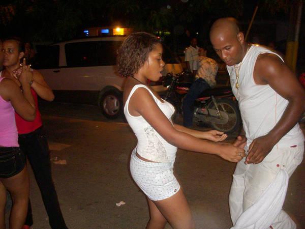 Calle Pedor Clisante, Sosua, Dominica Calle Pedor Clisante không hẳn là một quận đèn đỏ, du khách sẽ không thể xem những chương trình biểu diễn gợi cảm hay những cửa hàng bán đồ khiêu dâm san sát nhau. Thay vào đó, đây là nơi có đời sống về đêm phong phú. Quán bar, nhà hàng nằm dọc trên các con phố, và những tên bảo kê thì tràn khắp nơi. Người hoạt động mại dâm thường có mặt tại khu vực có những câu lạc bộ lớn nhất. Nhiều du khách thấy giận dữ với điều đó, số khác thì cho rằng đây đơn giản là cảnh tượng hàng ngày ở thị trấn hoặc không hề chú ý tới.