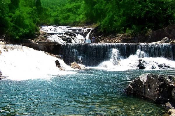 Thác Yang Bay, Khánh Hòa Cách Nha Trang khoảng 45 km, thác nằm trong Công viên du lịch Yang Bay, huyện Vĩnh Khánh, giữa một thung lũng trải rộng với diện tích 570 ha ở độ cao 100m so với mực nước biển. Thác Yang Bay cao 80 m, dài 2.000 m với những dòng nước mát lạnh đổ xuống các lớp đá tung bọt trắng xóa như mây, tạo nên phong cảnh tuyệt đẹp và hữu tình. Giá vé cho người lớn là 100.000 đồng và 70.000 đồng/ trẻ em đã bao gồm vé vào cổng, dịch vụ xe điện tham quan các vườn, động vật quý và xem biểu diễn nhạc cụ dân tộc. Ngoài tham quan, tắm thác, du khách có thể tham gia nhiều trò chơi như chụp hình cá sấu, cưỡi đà điểu, bắn nỏ, ném lao... Ảnh: bachduong.