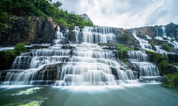 Thác Pongour, Lâm Đồng Còn gọi là thác Bảy Tầng, thác Pongour thuộc huyện Đức Trọng, cách trung tâm thành phố Đà Lạt khoảng 50 km. Thác có độ cao 40 m chảy qua 7 tầng đá. Nhờ vẻ đẹp hoang sơ và hùng vĩ nổi bật của núi rừng Tây Nguyên, thác được vua Bảo Đại phong là Nam thiên đệ nhất thác. Thác được bao quanh bởi khu rừng nguyên sinh có diện tích khoảng 2,5 ha với thảm thực vật đa dạng và phong phú. Giá vé cho người lớn là 10.000 đồng và 5.000 đồng/ trẻ em. Ảnh: dulichbitour.