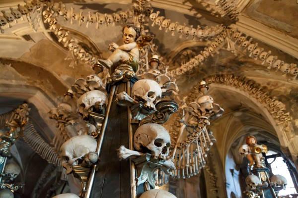 """Nhà thờ Sedlec Ossuary (Kostnice v Sedlci), Cộng hòa Séc: Tọalạc trong nghĩa trang thành phố Kutna Hora, """"Nhà thờ các vị Thánh"""" Sedlec Ossuary nổi tiếng với cấu trúc được trang trí bằng xương người. Do nghĩa trang không đủ chỗ chôn cất, năm 1400 nhà thờ được xây dựng để chứa những hài cốt còn sót lại. Những bộ xương và sọ người sau đó được làm sạch, tẩy trắng và dùng để trang trí."""