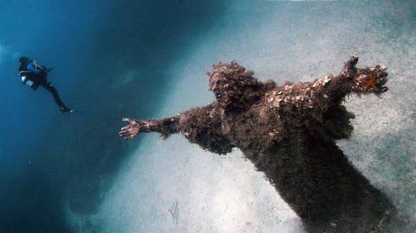 Tượng chúa Jesus dưới vực thẳm, Italy: Được xây dựng cho triển lãm nghệ thuật năm 1965 nhưng 3 bức tượng đã chìm dưới đáy Địa Trung Hải. Bức tượng có kích thước lớn và vẫn giữ được dáng vẻ đặc biệt khi chìm giữa lòng đại dương trắng xóa.