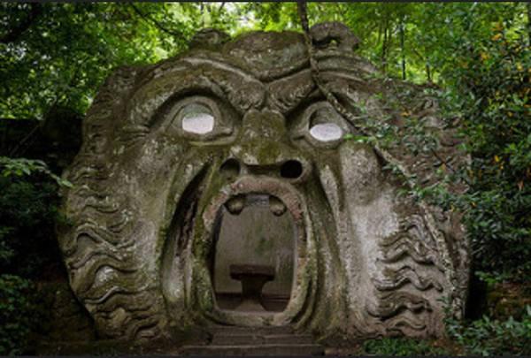 """Vườn Bomarzo (Sacro Bosco), Italy: Vườn Bomarzo được công tước Pier Francesco Orsini xây dựng từ năm 1548 tới những năm 1580, bao gồm 30 tác phẩm điêu khắc, trong đó có Hercules, Aphrodite và Cerberus, cũng như ngôi nhà nghiêng và cánh cổng Underworld. Sau vài thế kỷ bị quên lãng, công viên đã được phục hồi và mở cửa trở lại cho du khách vào năm 1954 dưới tên gọi """"Công viên của Quái vật""""."""