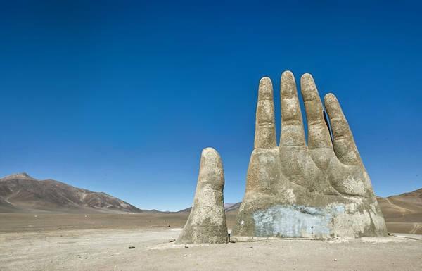 Bàn tay của Sa mạc (Mano del desierto), Chile: Tác phẩm điêu khắc cao 11 m này được dựng lên gần thành phố Antofagasta. Tác giả Mario Irarrazabal cho biết công trình tượng trưng cho sự cô đơn, bất công và bất lực. Địa điểm buồn bã này khá phổ biến với du khách. Tuy nhiên, vài người phá hoại khiến bàn tay có nhiều hình vẽ graffiti và phải được làm sạch định kỳ.