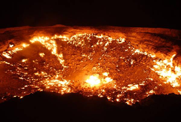 """Miệng núi lửa Darvaza (Derweze), Turkmenistan: Miệng núi lửa Darvaza, hay còn gọi là """"Cánh cửa Địa ngục"""", hình thành năm 1971 do sự sụp đổ của mặt đất trong quá trình thăm dò. Chiếc hố giải phóng khí ga trên ngọn lửa, nên không gây độc hại tới người dân khu vực xung quanh. Theo tính toán của các nhà địa chất, khí ga đốt cháy hoàn toàn chỉ trong vài ngày, nhưng ngọn lửa đã cháy suốt 46 năm, thu hút du khách, nhiếp ảnh gia và giới nghiên cứu."""
