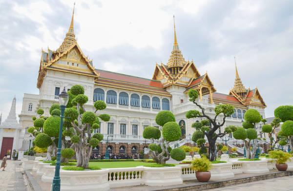 Hoàng cung Thái: Grand Palace, từng là nơi cư ngụ của gia đình hoàng gia Thái Lan, là kiến trúc mang tính chất lịch sử lâu dài, xây dựng từ năm 1782. Dù hiện tại, hoàng gia Thái Lan sống ở Cung điện Dusit, chính quyền nước này vẫn làm việc tại Grand Palace. Bên trong khuôn viên Grand Palace, bạn có thể ghé chùa Phật Ngọc (tên địa phương là Wat Phra Kaew). Chùa Phật Ngọc được coi là một trong những chùa linh thiêng nhất của Thái Lan. Ảnh: Bittenbythetravelbug.