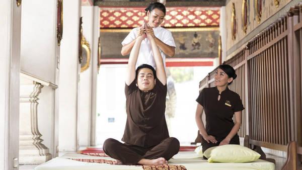 Thư giãn bằng nghệ thuật massage Thái: Nếu muốn có một trải nghiệm độc đáo, bạn nên chọn dịch vụ massage ở trường chuyên dạy massage trong chùa Wat Pho. Wat Pho là nơi sinh ra massage Thái cổ truyền, và hiện vẫn duy trì nơi dạy cũng như cung cấp dịch vụ massage. Chuyên gia hoặc sinh viên massage có thể thực hiện dịch vụ. Lợi nhuận thu được sẽ dùng để nâng cấp trường và chùa. Ảnh: Scmp.