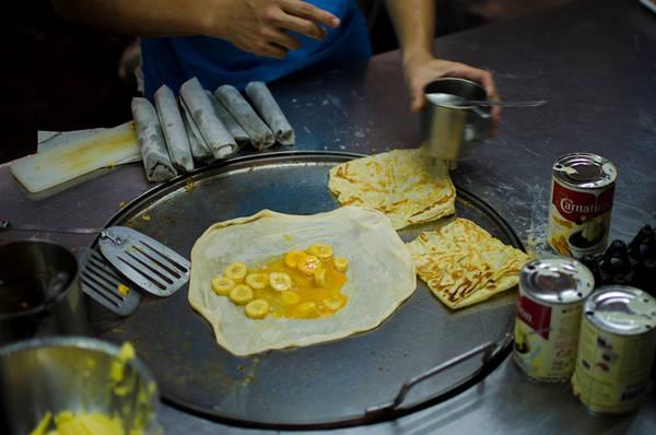 Thưởng thức ẩm thực đường phố: Bạn sẽ tìm thấy nền ẩm thực đường phố vừa rẻ vừa ngon ở nơi đây từ món Pad Thai cho đến bún cà ri gà, bún cá, hay xôi xoài nổi tiếng. Ảnh: Bittenbythetravelbug.