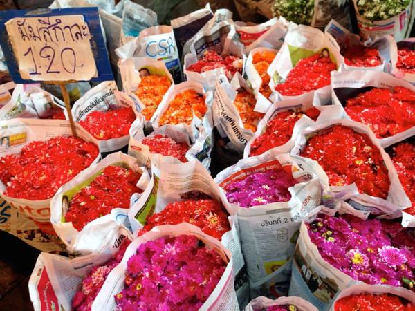 Lang thang chợ hoa mở xuyên đêm: Pak Klong Talad là chợ hoa bán buôn và bán lẻ lớn nhất Bangkok. Tuy nhiên, khi đến đây tham quan, bạn nên giữ ý tứ không làm phiền chuyện buôn bán của chủ hàng, đặc biệt từ nửa đêm tới rạng sáng - thời điểm bận rộn nhất. Ảnh: Projectsoi.