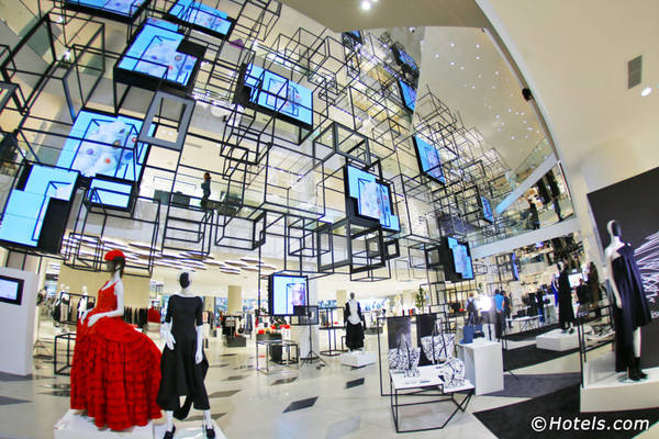 Mua sắm cho đến khi bạn mệt lử: Thái Lan là thiên đường mua sắm dù bạn có bao nhiêu tiền trong ví. Muốn mua đồ cao cấp, bạn có thể ghé Siam Paragon, sức chứa hơn 250 cửa hàng, có bể cá lớn nhất Đông Nam Á, rạp chiếu phim, và đủ các hàng ăn. Thậm chí nơi đây còn có gian trưng bày của hãng xe Ferrari và Lamborghini. Hoặc bạn có thể chọn MBK Shopping Centre nếu yêu thích đồ công nghệ. Ảnh: Hotels.