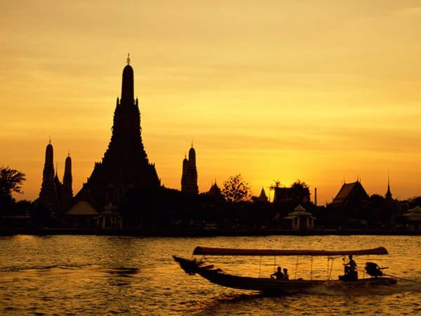 """Đi thuyền trên sông: Bangkok được nhắc đến như """"Venice phương Đông"""" nhờ sông Chao Phraya và những sông rạch nhỏ xung quanh. Ngày nay, khoảng 50.000 người vẫn di chuyển bằng thuyền phà để đi làm. Hãy làm một tour tham quan bằng thuyền dọc bờ sông, bạn sẽ ngắm nhìn nhà gỗ, khách sạn hiện đại, tòa nhà chọc trời, hình ảnh chùa Wat Arun... Ảnh: WordPress."""