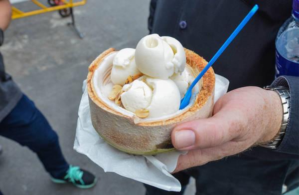 Thưởng thức kem dừa chính tông: Món kem dừa Thái mát lạnh và ngọt lịm rất hợp cho những ngày nắng cháy. Món này ngon nhất là viên kem được đựng trong quả dừa, như vậy vừa ăn kem bạn vừa có thể kèm một thìa cùi dừa tươi ngon. Ảnh: Bittenbythetravelbug.