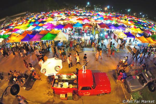 Chợ đêm Rot Fai (chợ Ga): Chợ đêm Rot Fai là địa điểm mua sắm ngoài trời với rất nhiều quầy hàng thời trang, đồ cổ, ẩm thực, mở cửa từ 18h tới nửa đêm, từ thứ năm tới chủ nhật. Sau khi mua sắm, bạn có thể ngồi nghỉ chân ở các quán ăn, thưởng thức các món ăn địa phương. Chợ đêm Rot Fai đầu tiên nằm ở đường Srinakarin Soi. Chợ Rot Fai Ratchada mới mở ở đường Ratchada gần trung tâm và thuận tiện hơn cho du khách. Ảnh: Rotfaimarket.