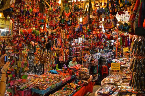 Đi chợ Chatuchak: Tập hợp hơn 8.000 quầy hàng trên hơn 100.000 m2, chợ Chatuchak là một trong những khu chợ lớn nhất thế giới. Chatuchak thường chỉ mở vào thứ bảy và chủ nhật. Bạn có thể tìm thấy ở đây mọi món đồ mong muốn, với mức giá phù hợp. Ảnh: Rahmaahmed97.