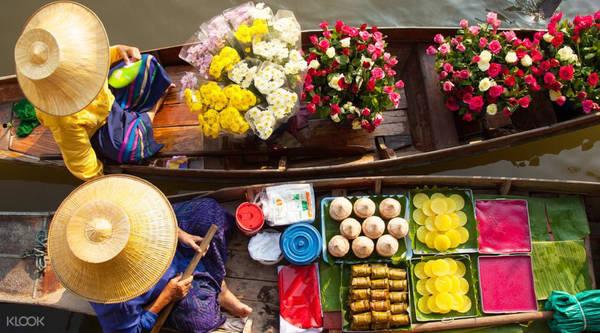 Đi chợ nổi: Bạn có thể thuê tour hoặc tự bắt xe buýt, đi tàu tới một số điểm chợ nổi không xa Bangkok. Chợ nổi Damnoen Saduak cách thủ đô khoảng một tiếng đi xe, là nổi tiếng nhất, nhưng thường đông du khách. Chợ nổi Amphawa có những ngôi nhà gỗ dọc bờ kênh, khung cảnh khá dễ thương. Trong khi đó, chợ nổi Klong Lat Mayom tuy nhỏ hơn, nhưng phần lớn là dân địa phương. Bạn có thể mua rất nhiều món ăn ngọt trong khi ngồi thuyền ngắm cảnh. Ảnh: Klook.