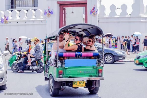 Ngồi xe tuk tuk: Xe tuk tuk chắc chắn là điều nên thử khi bạn tới Thái Lan. Một cuốc xe tuk tuk lượn quanh thành phố là cơ hội để ngắm cảnh đường phố cũng như một số địa điểm tham quan nổi tiếng. Nếu không, bạn có thể chọn thuê xe ôm. Ảnh: TomPost/ Shutterstock.