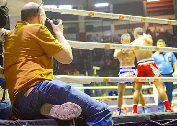 Xem trực tiếp trận đấu Muay: Muay Thái là môn thể thao quốc dân của xứ sở chùa Vàng. Những sân vận động tổ chức đấu Muay lớn nhất đều tập hợp ở Bangkok, như Lumpini. Bạn có thể mua vé trước, hoặc mua sẵn trong chương trình tour để có hướng dẫn viên giảng giải về Muay. Ảnh: Bittenbythetravelbug.