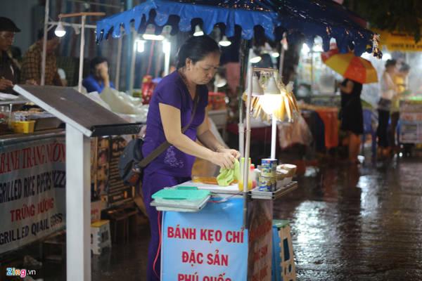 Kẹo chỉ: Ngoài hải sản, kẹo chỉ là món ăn có mật độ xuất hiện dày ở chợ đêm Phú Quốc.