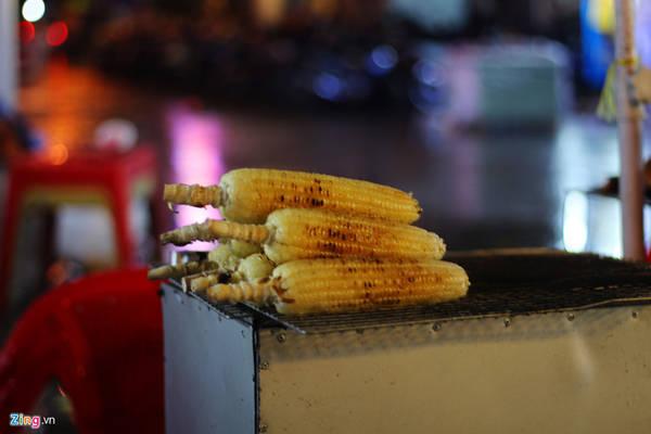 Bắp nướng mỡ hành có giá 8.000 đồng một trái.