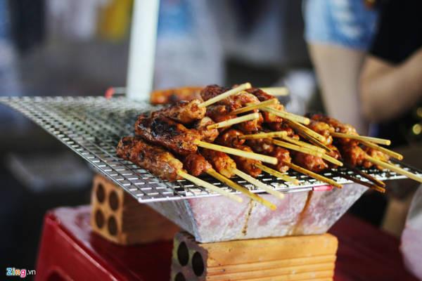 Nem nướng:Nếu bạn mua, người bán rưới ít sốt lên nem để bạn thưởng thức. Món ăn này không bán kèm đồ chua hay bánh mì. Giá một xiên nem là 15.000 đồng.