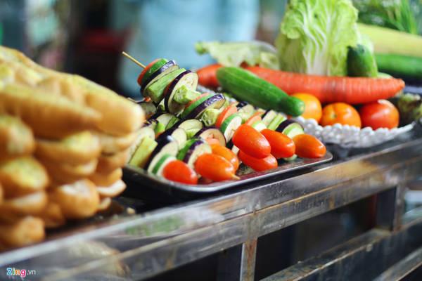 Rau củ xiên nướng có giá 15.000 đồng một xiên. Món ăn này thường được bán kèm các món nướng khác.