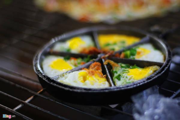 Trứng cút nướng mỡ hành bán theo khuôn. Khuôn 6 cái có giá 15.000 đồng.