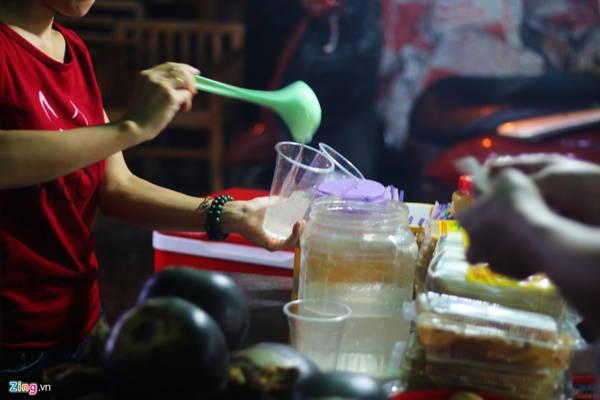 Nước thốt nốt: Phần nước chiết xuất từ thân cây thốt nốt có vị thanh, mát. Một ly có giá 10.000 đồng.