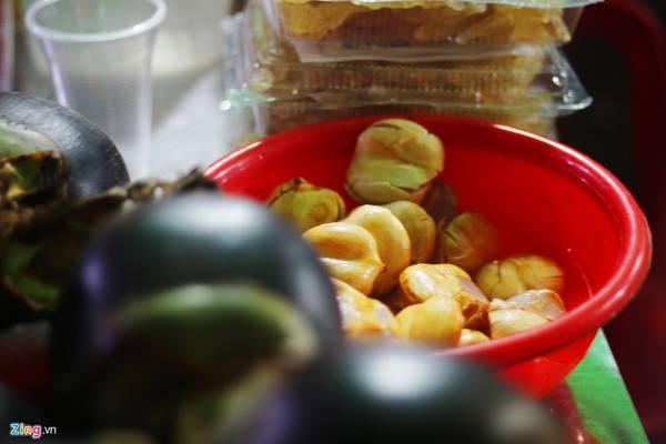 Trái thốt nốt có vị mềm, mát, ngọt nhẹ. Một hộp thốt nốt khoảng 500 gram có giá 30.000 đồng.