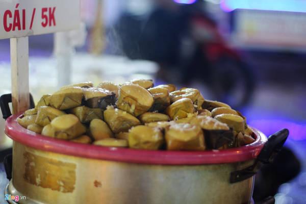 Bánh bò thốt nốt có màu nâu sậm, vị ngọt thanh. Bánh có giá 5.000 đồng một cái.