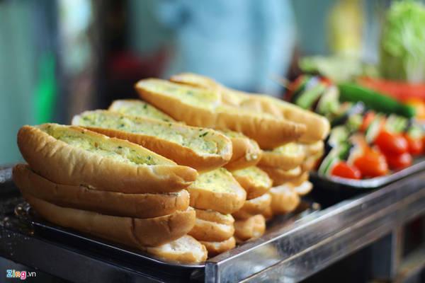 Bánh mì nướng tỏi có giá 10.000 đồng một miếng.