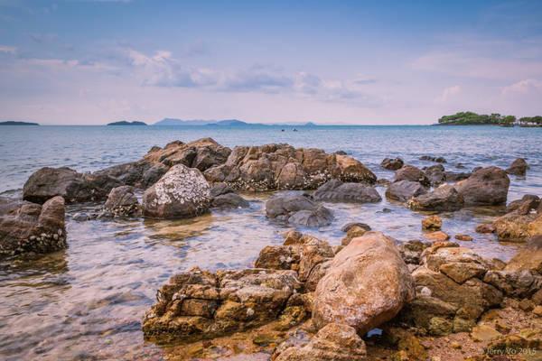 Đảo có vẻ đẹp hoang sơ, mộc mạc là điểm đến lý tưởng của người ham khám phá, thích mạo hiểm. Trên đảo có hệ thống cây sứ rừng với dây leo và bộ rễ rất đẹp, ngoài ra còn có các loại động vật như thỏ, bồ câu...